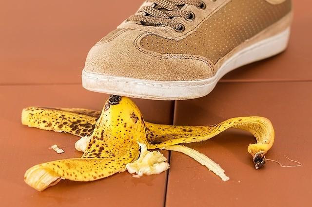 Piede che scivola su buccia di banana